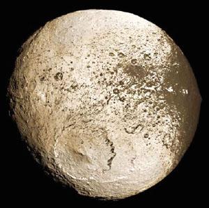 Světlá polokoule Saturnova měsíce Iapetus