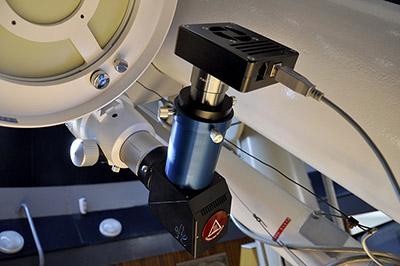 Pohled na vápníkový etalon se CCD kamerou.