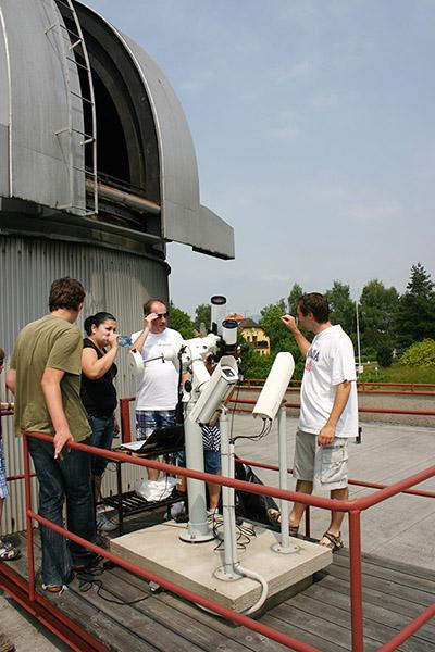 Sůuneční synoptické dalekohledy na pozorovací plošině společně s kamerami pro sledování meteorů sítě CEMENT.