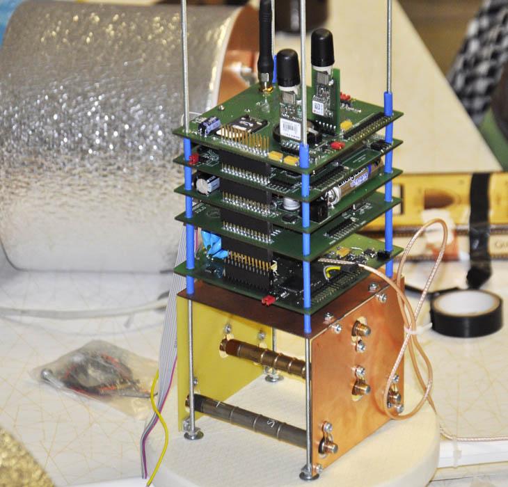 Ve spodní části bloku elektroniky stratosférické gondoly je vidět blok Geiger-Müllerových trubic (oranžová část), které budou vypuštěny i tentokrát. Zdroj: SOSA a Hvězdárna Valašské Meziříčí, p. o.