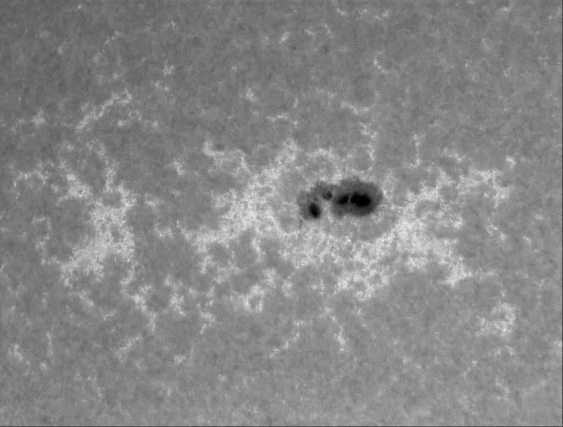 Testovací snímek aktivní oblasti NOAA 11745 v čáře vápníků (CaK) ze dne 16. 05. 2013 (08:43:14 UT)