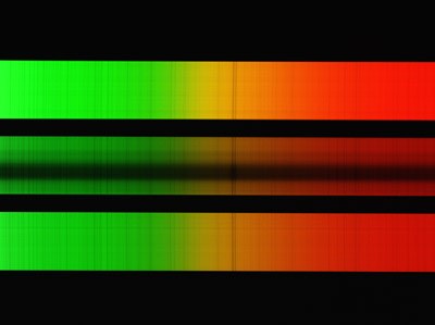 Pokus o spektroskopii skvrny v aktivní oblasti NOAA 12055 dne 10. 5. 2014. Nejsilnější absorpční čáry ve žluté části patří sodíkovému dubletu.