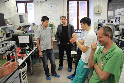 Pracovní meeting všech partnerů projektu MENDELU, SOSA a Hvězdárna Valašké Meziříčí v laboratoři.