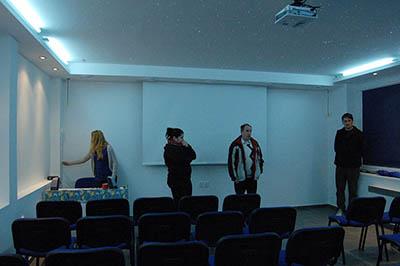 Přednáškový sál, tentokrát v modrém světle.